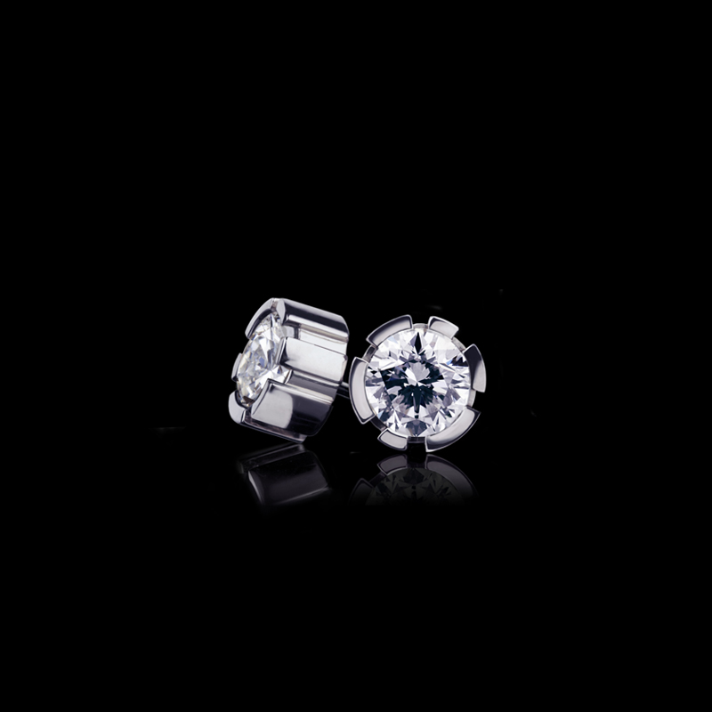 Regina stud earrings with diamonds set in 18ct white gold.
