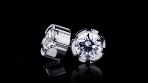 Regina stud earrings with diamonds set in 18kt white gold.